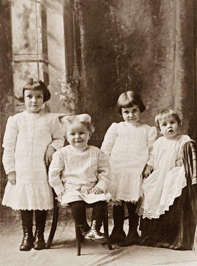 barn fyra arkivbilder