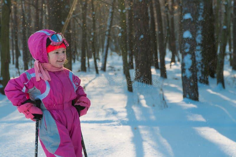 barn gå i skogen i vintersnöbarn royaltyfri fotografi