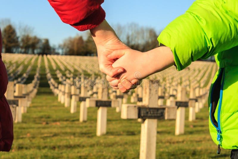Barn går handen - in - handen för fredvärldskrig 1 royaltyfri bild