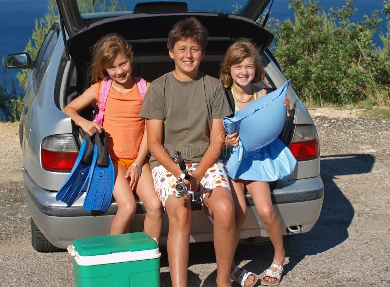barn går sommarsemestern arkivbild