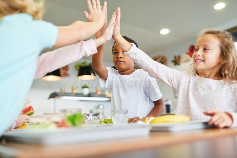 Barn ger sig höga fem arkivbilder