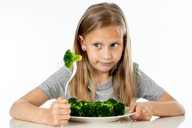 Barn gillar inte att äta grönsaker i sunt ätabegrepp arkivbilder