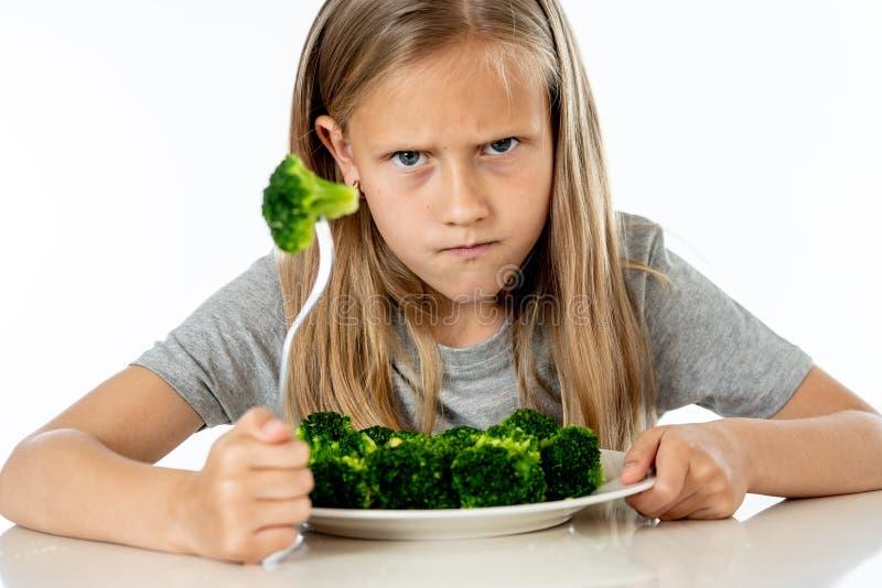 Barn gillar inte att äta grönsaker i sunt ätabegrepp royaltyfri bild