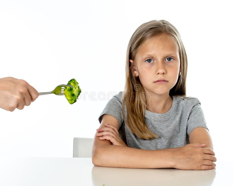 Barn gillar inte att äta grönsaker i sunt ätabegrepp royaltyfria bilder