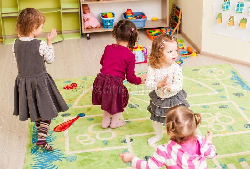 barn grupperar little royaltyfri bild