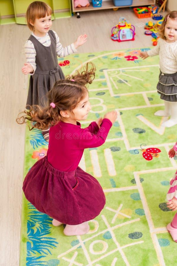 barn grupperar little arkivbild