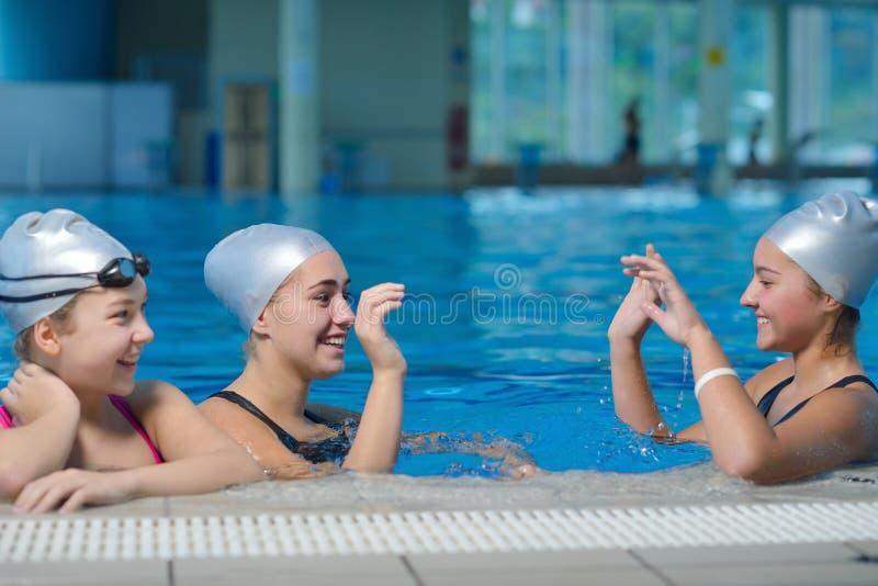 Barn grupperar på simbassängen arkivfoto