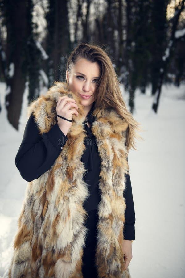 Barn härlig kvinna som blåser snow in mot kamera på vinterbakgrund royaltyfria foton