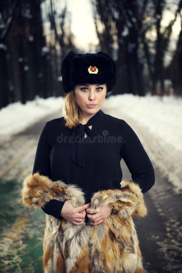 Barn härlig kvinna som blåser snow in mot kamera på vinterbakgrund arkivfoton