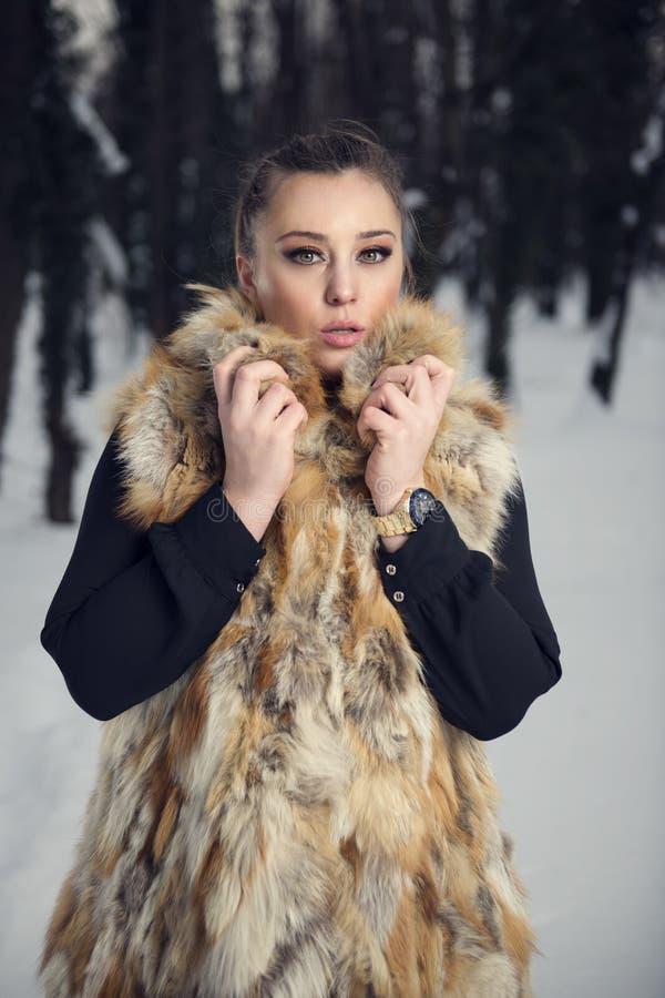Barn härlig kvinna som blåser snow in mot kamera på vinterbakgrund fotografering för bildbyråer