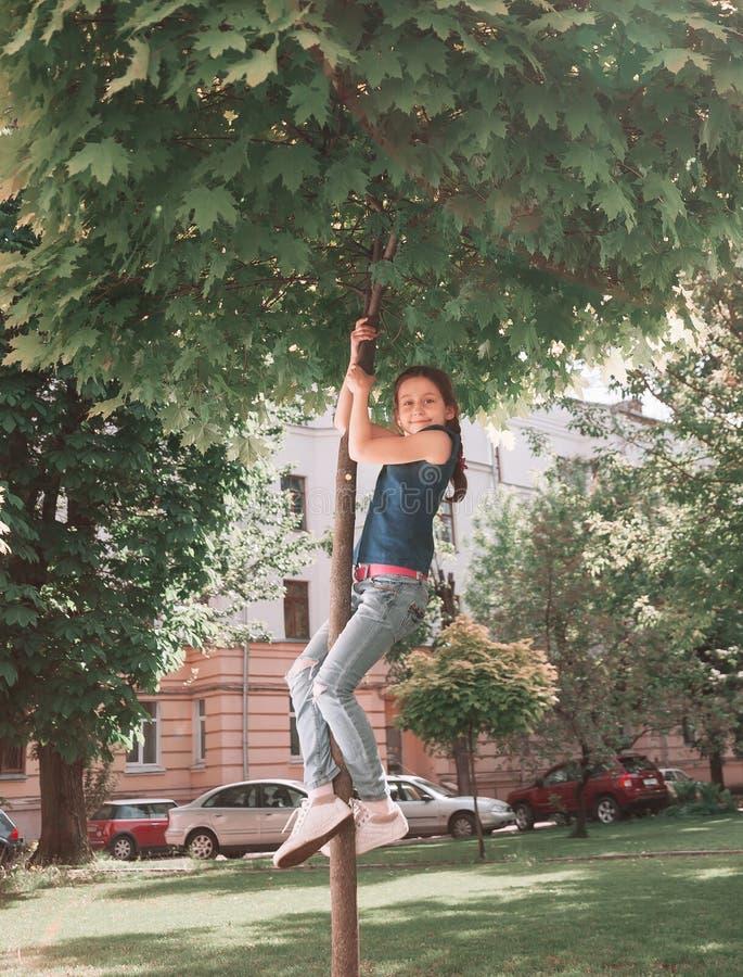 Barn har gyckel som spelar i staden, parkerar royaltyfria foton