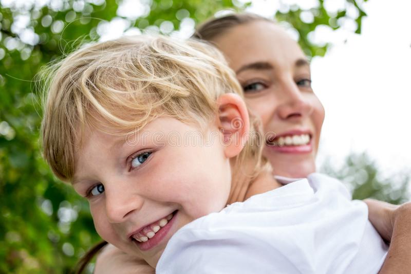 barn henne moder royaltyfri fotografi