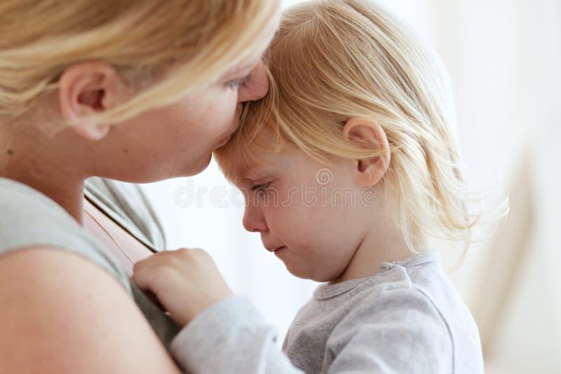 barn henne moder arkivbild