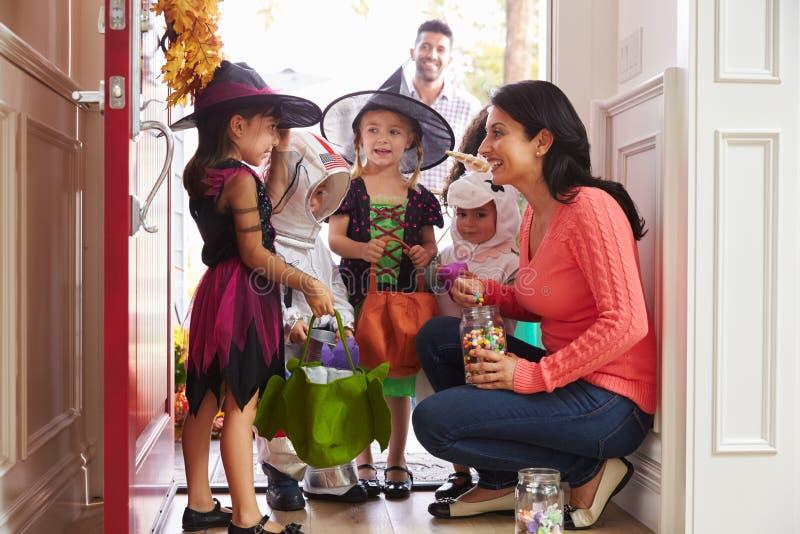 Barn i allhelgonaafton kostymerar trick eller behandling arkivbild