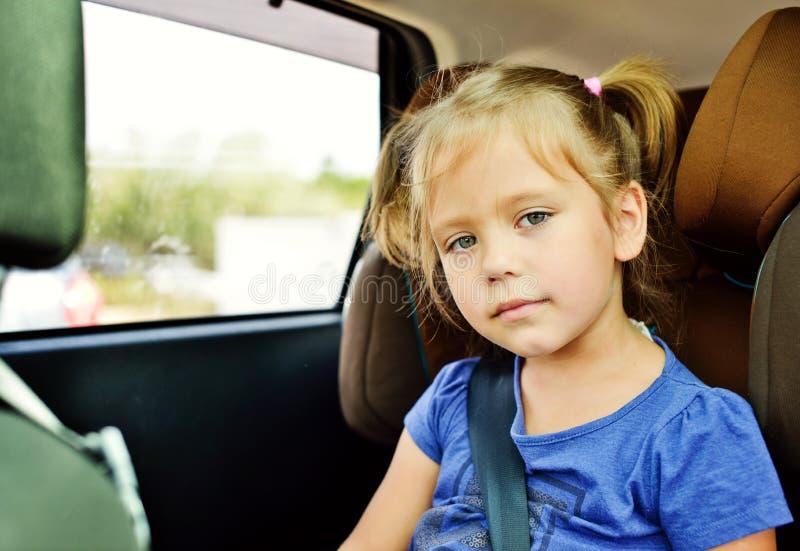 Barn i bil arkivfoton