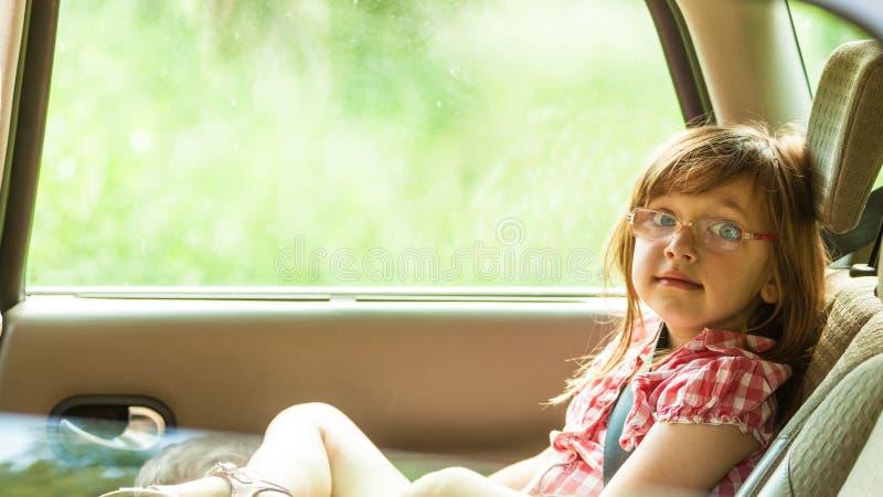 Barn i bil Lopp för feriesemestertur fotografering för bildbyråer