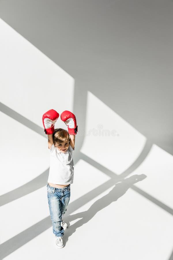 Barn i boxninghandskar arkivfoton