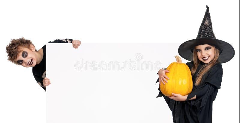Barn i den Halloween dräkten arkivfoto
