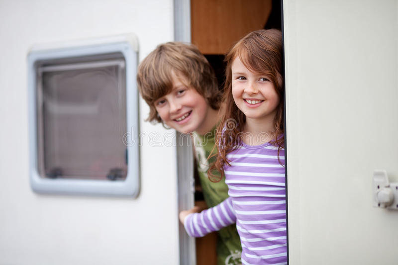 Barn i en husvagn royaltyfri bild
