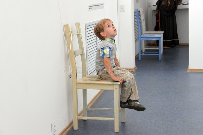 Barn i en museum/ arkivbild