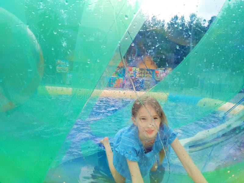 Barn i en vattenballong royaltyfri bild