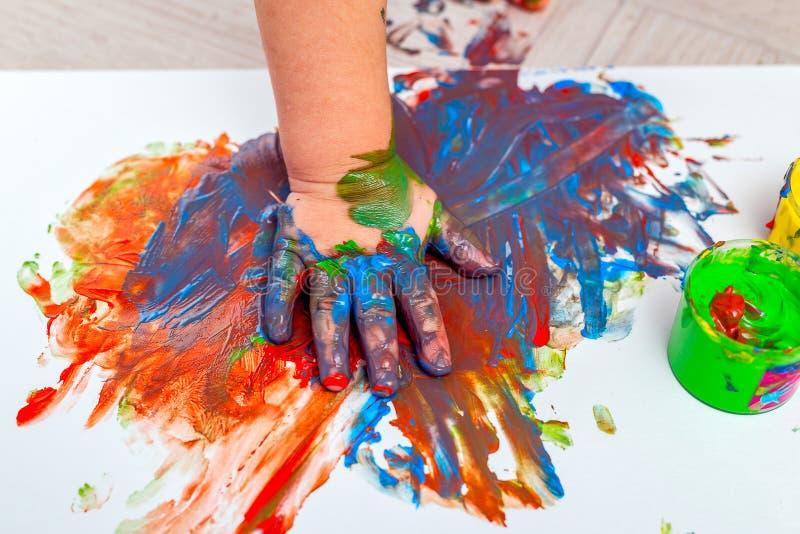 Barn i färger Fingerfärger baby Artwork Plattlägg royaltyfri foto
