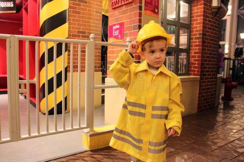 Barn i form av en brandman royaltyfri bild