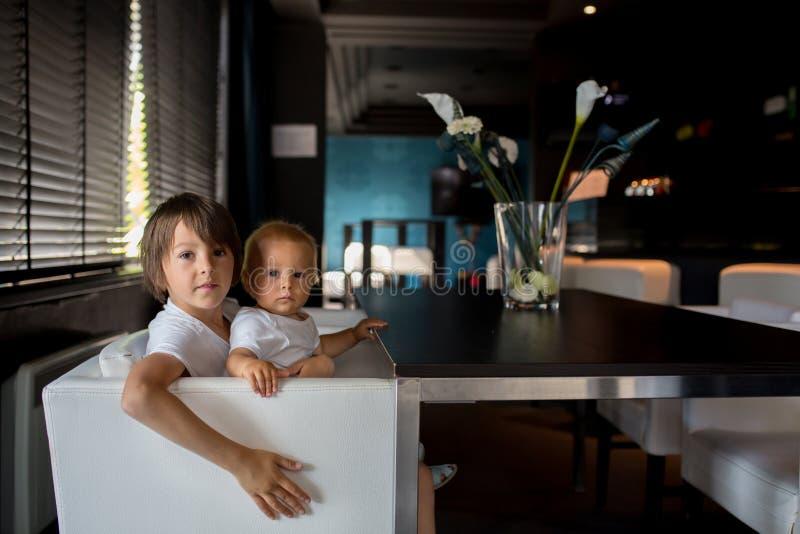 Barn i hotelllobby royaltyfria foton