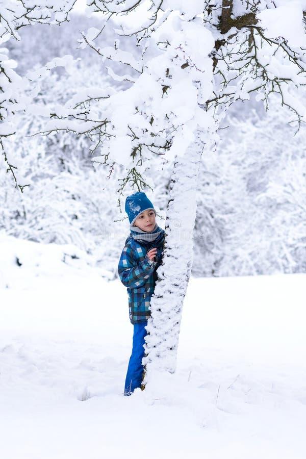 Barn i insnöad vinter fotografering för bildbyråer