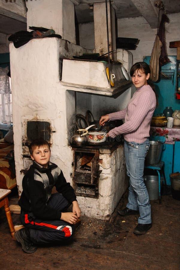 Barn i lantligt hus arkivbilder