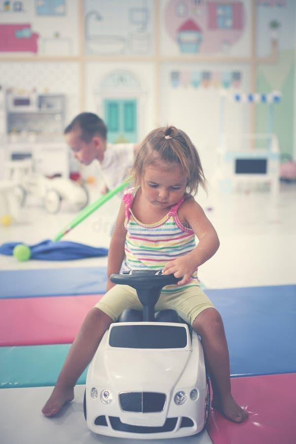 Barn i lekplats Bil för liten flickateckningsbarn royaltyfria bilder
