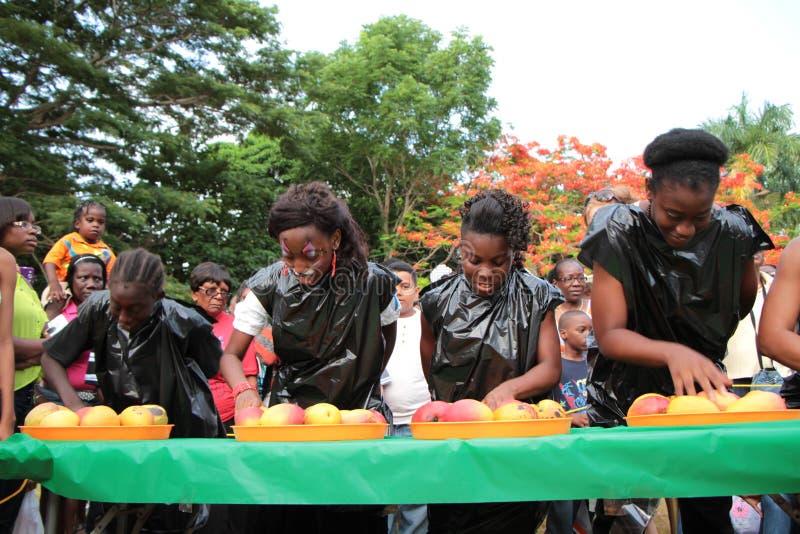 Barn i mango som äter strid royaltyfria bilder