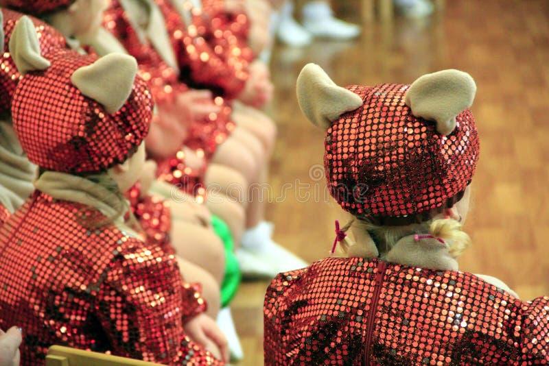 Barn i maskeradkläder på matiné på dagiset arkivbild