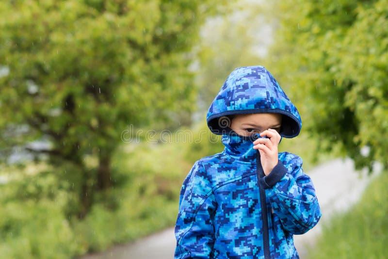 Barn i regn royaltyfria bilder