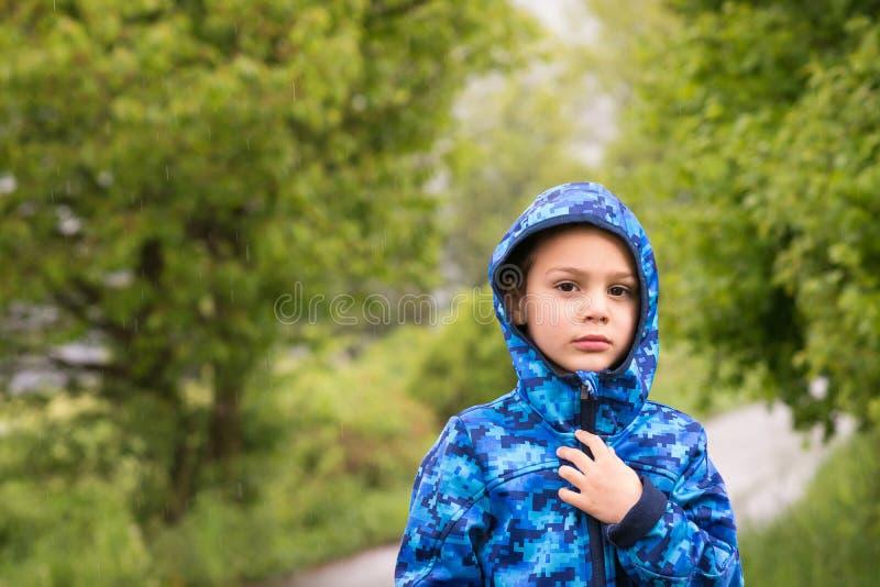 Barn i regn royaltyfria foton