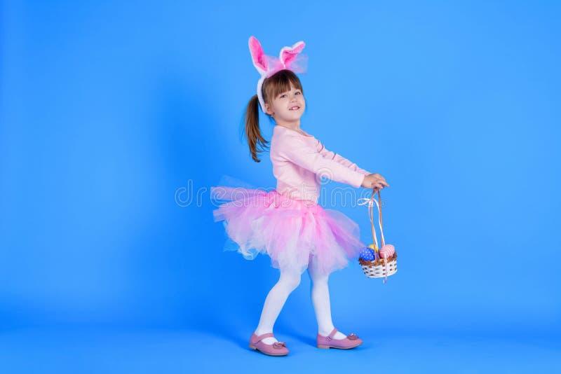 Barn i rosa klänning som firar lycklig påskferie fotografering för bildbyråer