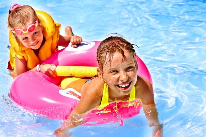 Barn i simbassäng. arkivfoto