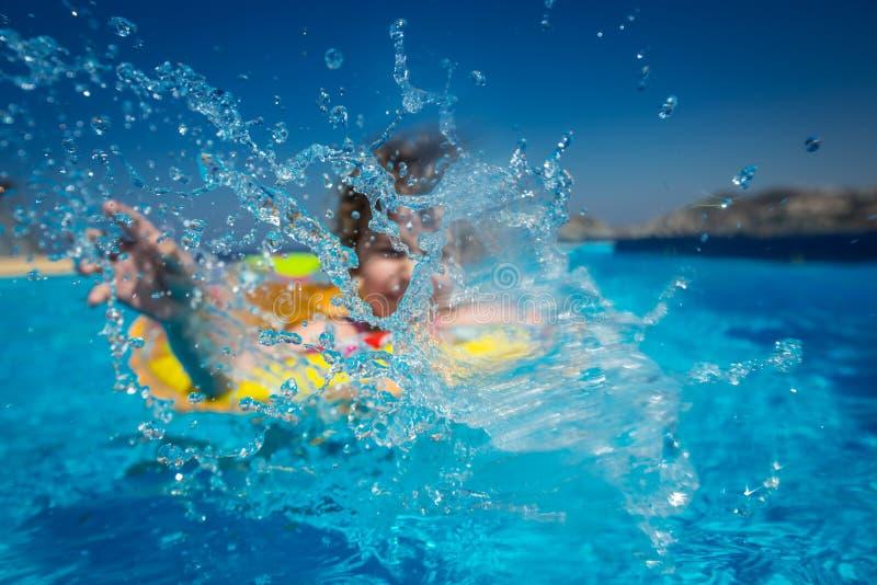 Barn i simbassäng arkivbild