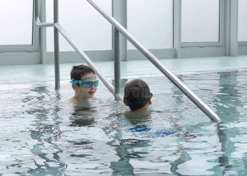 Barn i simbassäng fotografering för bildbyråer
