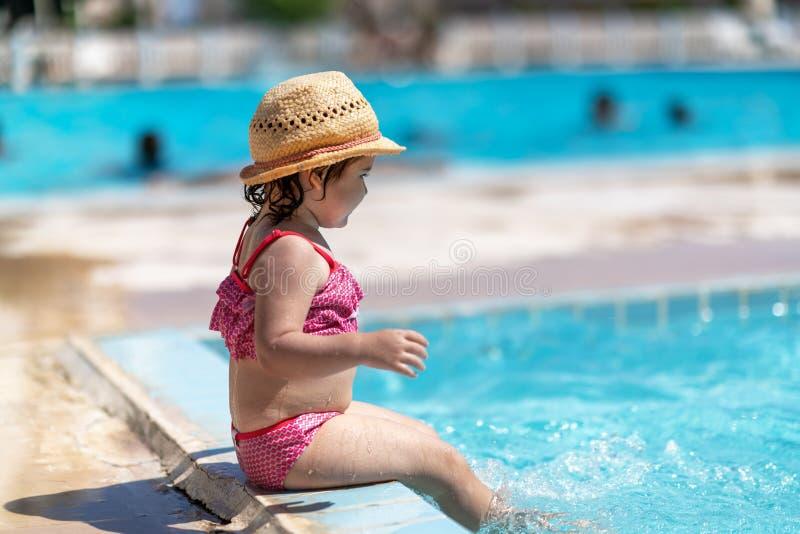 Barn i simbassäng med cirkeln Sommarsemester med ungar royaltyfri fotografi