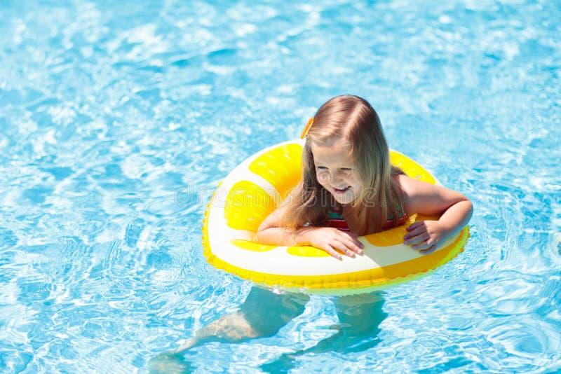 Barn i simbassäng på cirkelleksaken Ungebad arkivbild