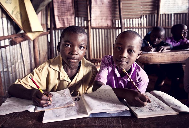 Barn i skola i Uganda royaltyfria foton