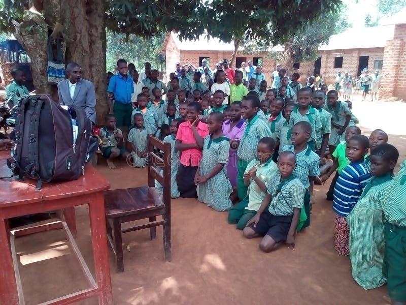 Barn i skolan som väntar för att behandlas royaltyfri fotografi