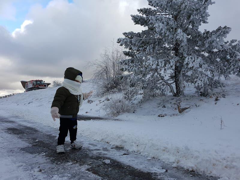 Barn i snowen royaltyfri foto