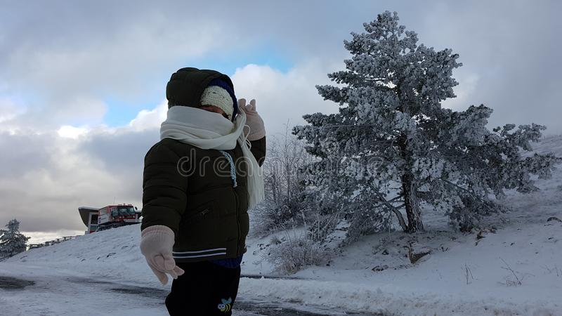 Barn i snowen royaltyfria foton