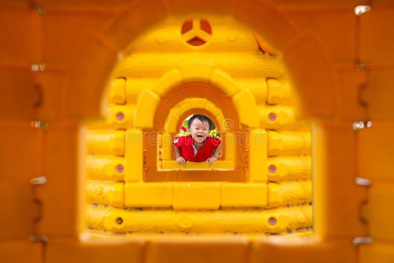 Barn i spelrumhus royaltyfria foton