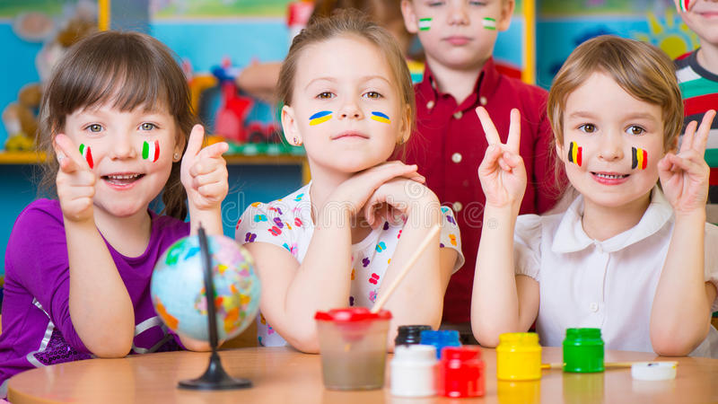 Barn i språkläger royaltyfria bilder