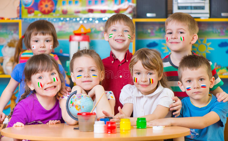 Barn i språkläger arkivfoton