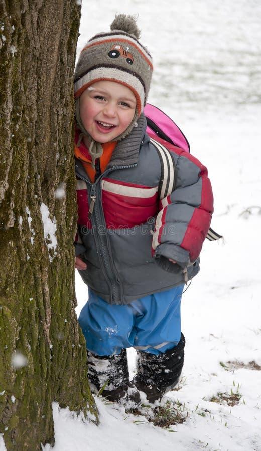 Barn i vinterpark arkivfoto