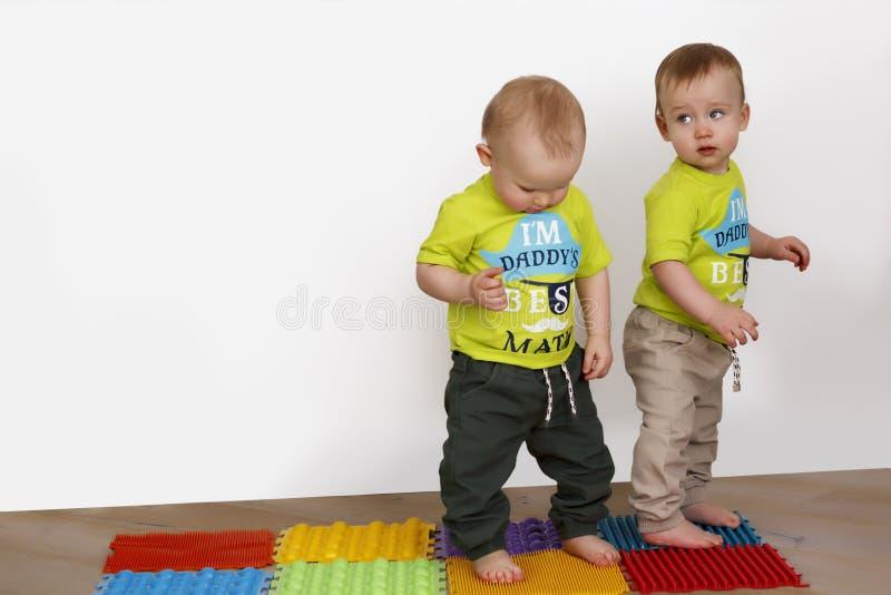 Barn kopplar in i övningsterapi fotografering för bildbyråer